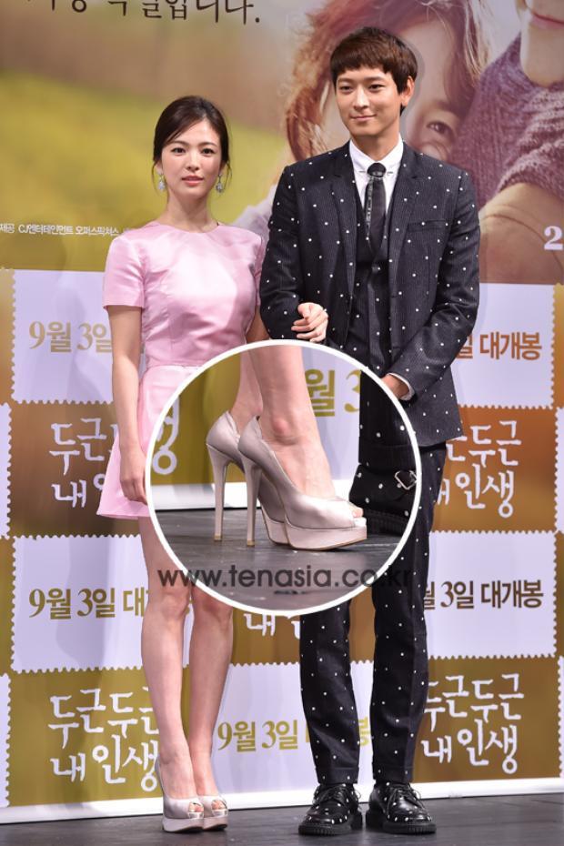 """Đôi giày cao gót hơn chục phân cũng không """"cứu vãn"""" được chiều cao của Song Hye Kyo khi đứng cạnh mĩ nam """"khủng long"""" này."""