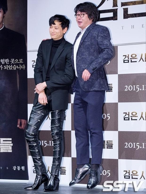 """Với chiều cao 1m86 lại cộng thêm đôi giày… """"cao gót"""", nam diễn viên Kang Dong Won khiến đồng nghiệp phải… nhảy lên để không bị """"thấp bé nhẹ cân""""."""