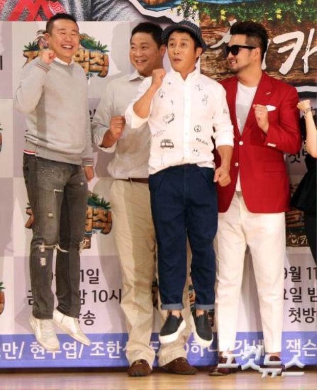 """Bức ảnh dường như trông rất bình thường cho đến khi bạn nhìn xuống dưới. Kim Tae Woo (áo đỏ) cao đến 1m9. Với chiều cao """"quá khổ"""" này cộng với thân hình vạm vỡ, anh trông giống như một người khổng lồ. Chính bởi vậy nên hai đồng nghiệp nam đã phải """"chơi chiêu""""… nhảy cao với mong muốn có thể """"rút ngắn"""" chênh lệch chiều cao."""