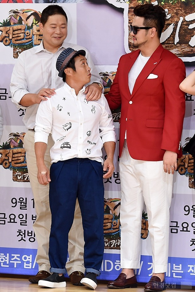 """Bạn đồng nghiệp tự động trở thành """"người tí hon"""" bên cạnh Kim Tae Woo."""