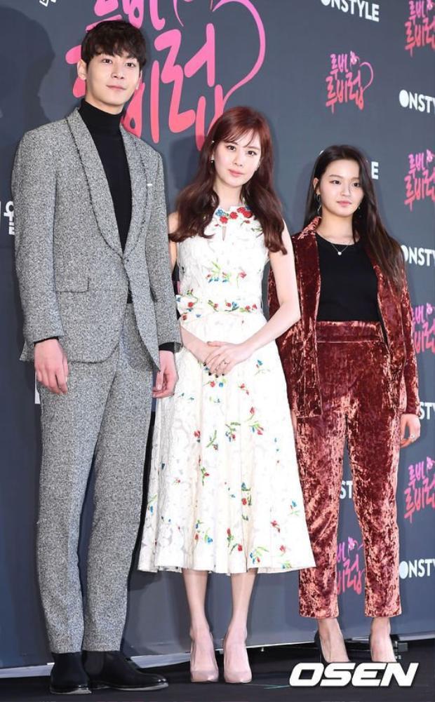 """Bức ảnh có hình """"bậc thang"""" khi các mỹ nữ đứng cạnh Lee Chul Woo."""