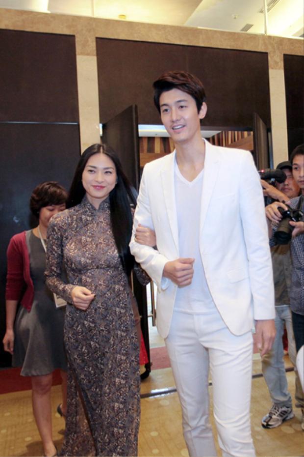 """Dù đã mang giày cao gót nhưng Ngô Thanh Vân vẫn trở nên """"tí hon"""" bên cạnh Lee Ki Woo."""