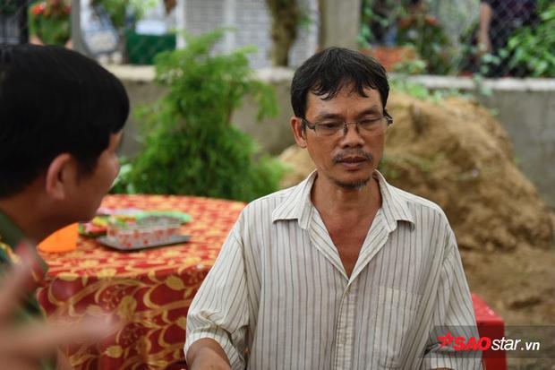 Gương mặt đầy nỗi buồn mất mát của ba anh Nam trong tang lễ.
