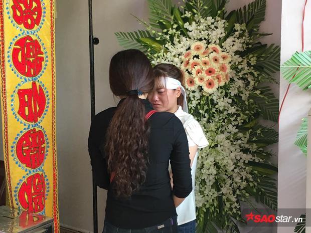 Em gái nạn nhân đau xót trong đám tang người anh xấu số.