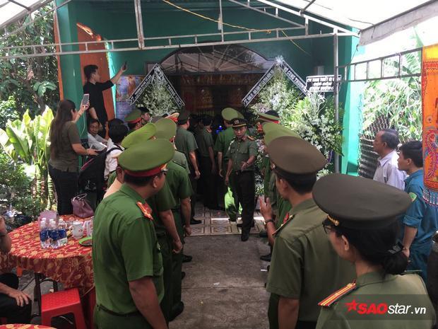 Từng đoàn chiến sĩ công an đã đến chia buồn cùng gia đình trong tang lễ.