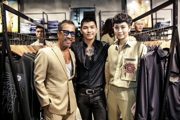 Fashionisto Thuận Nguyễn cũng đến tham dự sự kiện, cả ba vui vẻ chụp ảnh cùng nhau.