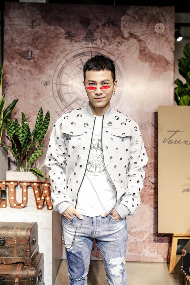 Ca sĩ Mai Tiến Dũng với áo bomber đục lỗ mix layer cùng áo phông và quần jeans rách.