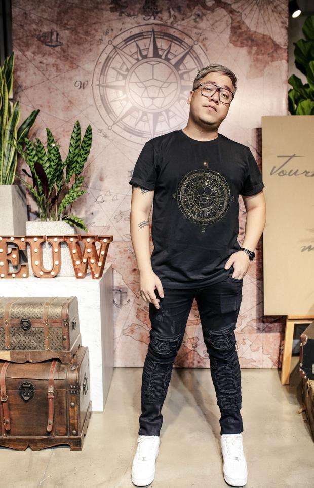 """Dàn sao Việt cùng khách mời đến tham dự cũng không quên """"tăm tia"""" những bộ trang phục trong cửa hàng và gửi lời chúc đến Chung Thanh Phong, mong rằng BST mới dành cho mùa hè 2018 của anh sẽ được đón nhận rộng rãi bởi đây là kết quả của sự tâm huyết và tìm tòi không ngừng về xu hướng thời trang."""