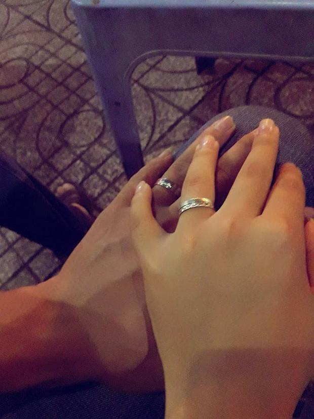 Cô cũng chia sẻ hình ảnh cùng chồng tương lai đeo nhẫn cưới. Ảnh chụp màn hình.