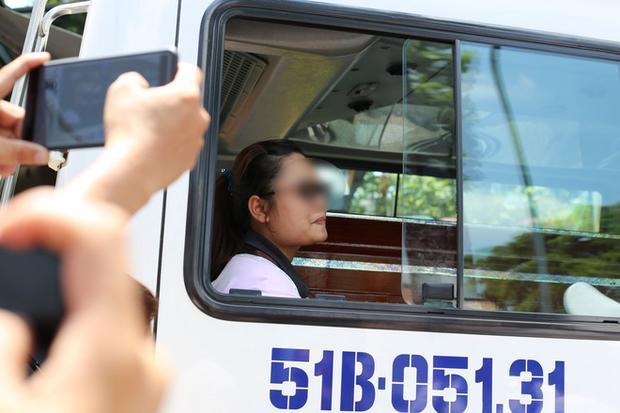 """Khi thi thể """"hiệp sĩ"""" Nguyễn Hoàng Nam được đưa ra xe tang để chở về huyện Trảng Bom (tỉnh Đồng Nai) mai táng, vợ sắp cưới của anh đã khóc ngất. Ảnh: Trí thức trẻ."""