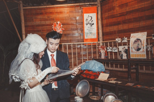 """""""Cô dâu chú rể"""" trong trang phục cưới đậm chất hoài cổ, cùng nhau ngắm nhìn những hình ảnh từ thời """"ông bà anh"""""""