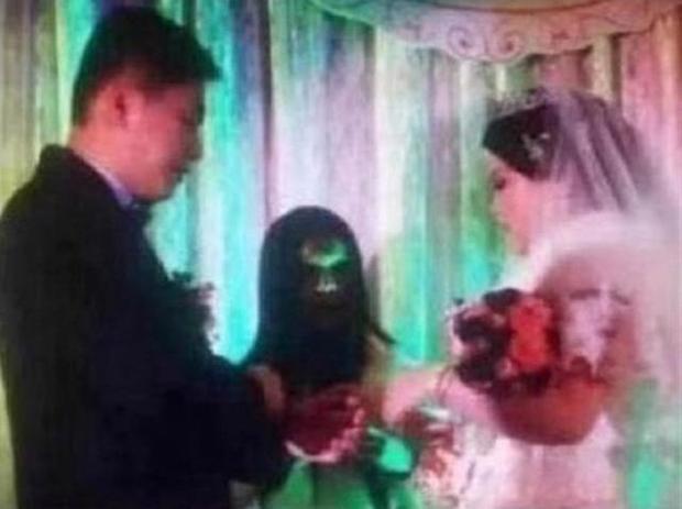 Bức ảnh đám cưới khiến nhiều người giật mình run sợ.