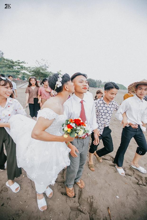 Cô dâu trao nụ hôn e thẹn cho chú rể trên đường rước dâu.