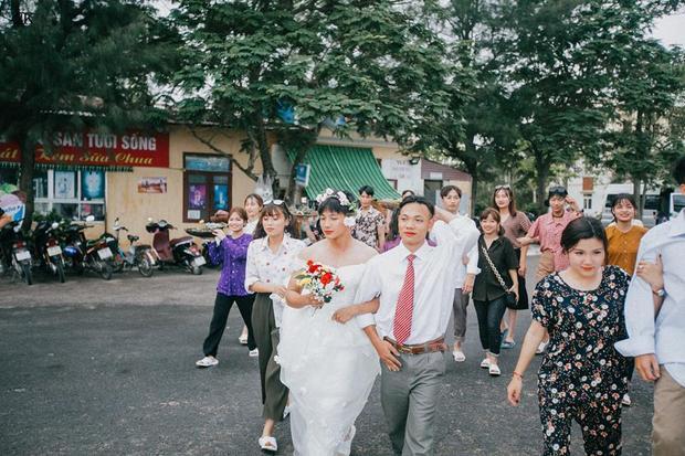 """""""Cô dâu"""" Ngô Công Hiếu và """"chú rể """"Nguyễn Đình Thao."""