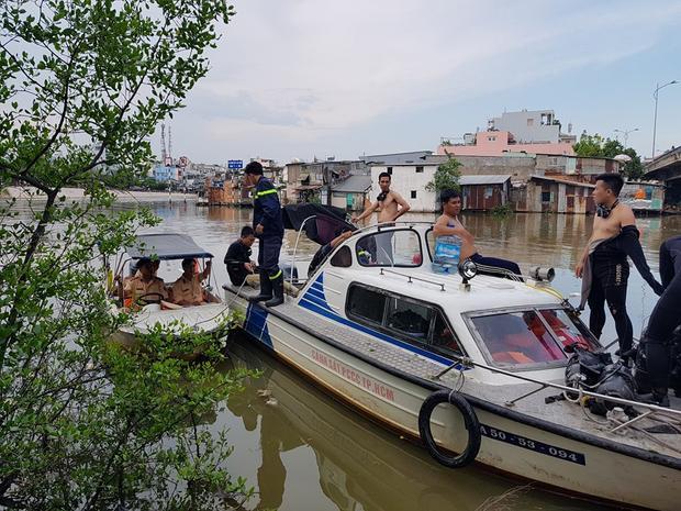 Công an đường thủy cũng hỗ trợ tìm kiếm thi thể nạn nhân.