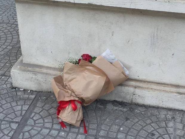 Hình ảnh bó hoa vẫn còn để lại ngay trước cổng trường.