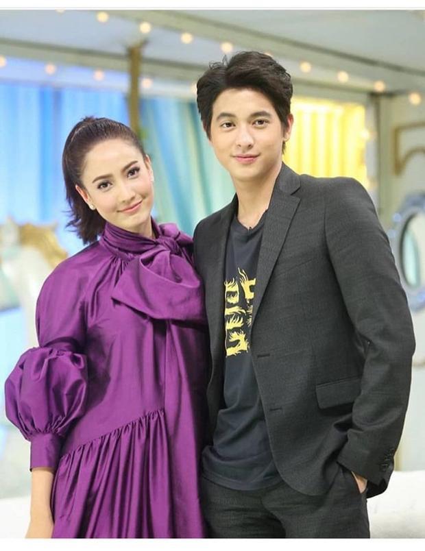 Taew Natapohn bén duyên cùng đàn em James Jirayu trong Neung Dao Fah Diew (Một ngôi sao, một bầu trời).