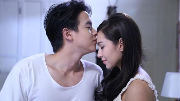 Từng đóng cặp trong 2 tác phẩm truyền hình ăn khách là Khun Chai Puttipat (Bác Sĩ Pudhiphat) và Pariwarada (Cô vợ mẫu mực), James - Bella được fan mong phim giả tình thật.