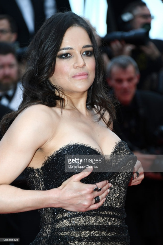 Michelle Rodriguez chỉ đang cố chỉnh váy cho không bị tụt thôi mà.