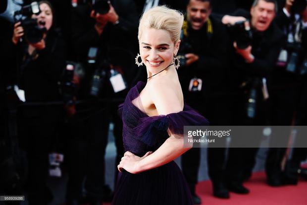 Cannes ngày 8: Michelle Rodriguez khổ sở vì ngực khủng, Mẹ rồng Emilia Clarke chiếm spotlight vì quá xinh đẹp