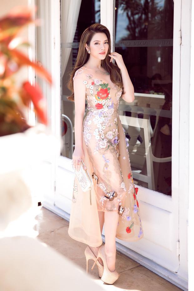 Nếu như trong những ngày đầu trên thảm đỏ Cannes, Lý Nhã Kỳ thường cho thấy phong cách cổ điển, quý phái, hôm nay cô lại xuất hiện vô cùng trẻ trung và rạng rỡ nhưng vẫn giữ phong thái sang trọng vốn có.