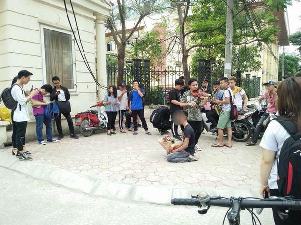 Chàng trai quỳ gối nhiều giờ đồng hồ giữa nắng nóng trước sự chứng kiến của nhiều sinh viên khác. Ảnh cắt từ clip.