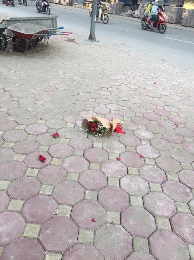 Một hồi lâu, thầy giáo bộ môn ra thông báo bạn nữ tên Mai hôm nay trốn tiết không điểm danh, thanh niên liền bật dậy ném bó hoa nát tươm rồi bỏ về.
