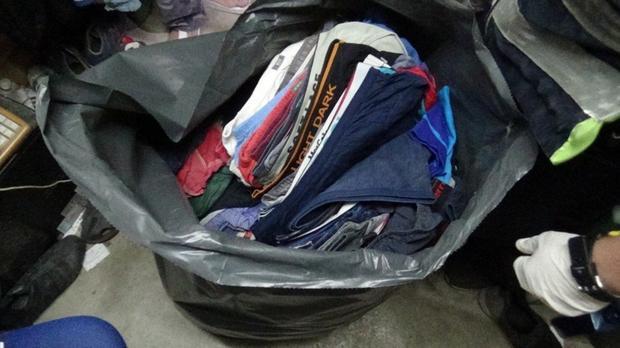 Quần lót nam được xếp ngay ngắn để trong túi ở tủ quần áo.