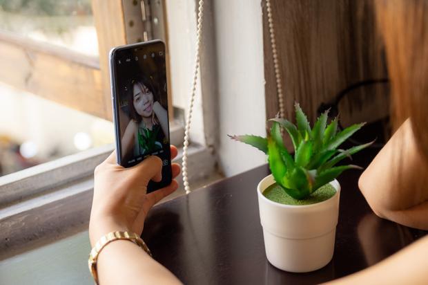 Đặc biệt tính năng HDR hoạt động hiệu quả, đem lại những bức ảnh selfie cân bằng sáng tốt hơn, trong trẻo và sắc nét.