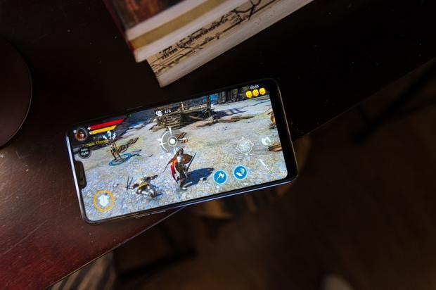 Với Iron Blade, OPPO F7 chơi được với mức đồ họa cao nhất, tốt hơn cả mẫu Samsung Galaxy A8 có giá cao hơn.