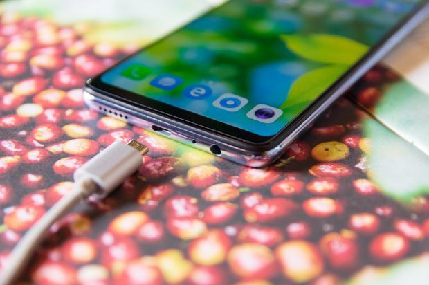 Micro USB cho một sản phẩm tầm trung của 2018 dường như là một trang bị bắt đầu lỗi thời.