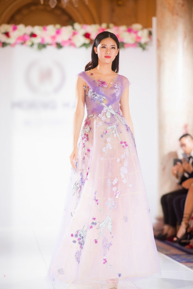 Show diễn của Hoàng Hải còn có sự tham gia của các người đẹp Việt khác như á hậu Thanh Tú.