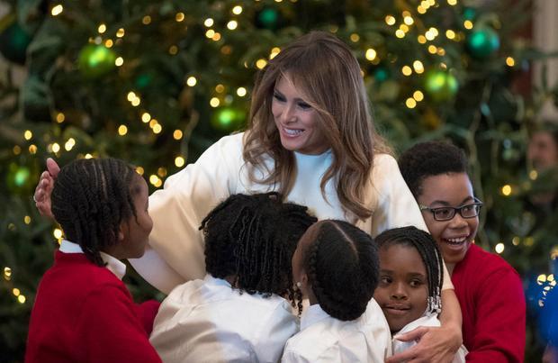 Bà Trump chào đón các em nhỏ đến Nhà Trắng hôm 27/11/2017.