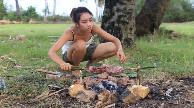 Ah Lin Tuch đang nướng thịt chim.