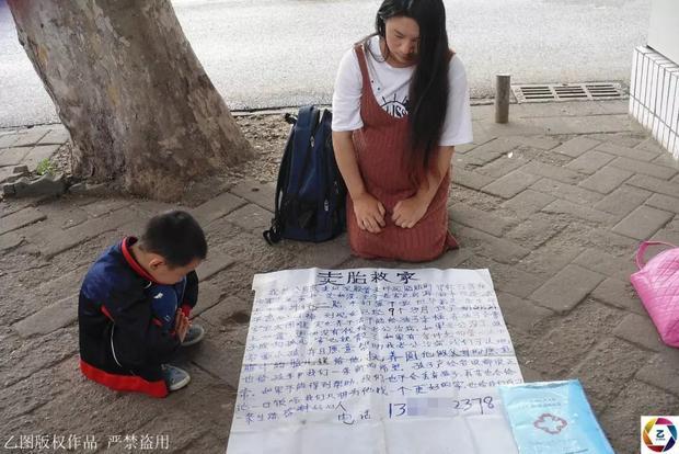 Chị Lương quỳ trên phố, rao bán đứa con trong bụng.