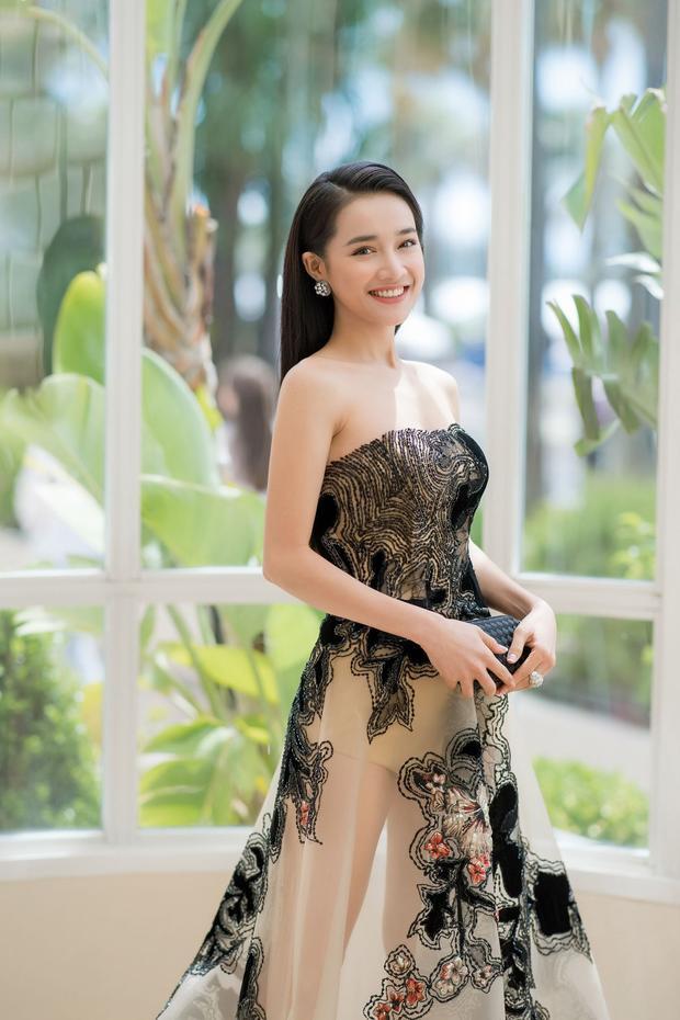 Là người chuộng gu thời trang thanh lịch, kín đáo, Nhã Phương hiếm khi chọn những bộ đầm kiểu dáng táo bạo. Đây là một trong những trang phục sexy nhất cô từng mặc.