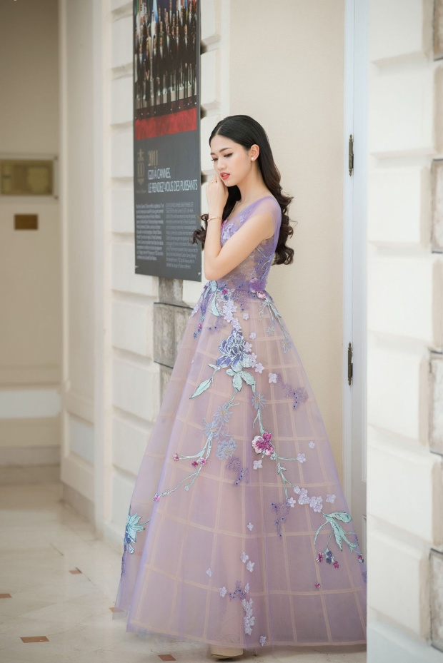 Á hậu Thanh Tú người bạn thân thiết của Đỗ Mỹ Linh cũng có mặt tại sự kiện, cô diện váy màu tím đính hoa khá nổi bật.