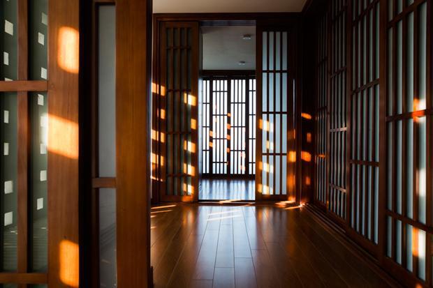 Các khung cửa bằng gỗ kiểu trượt ngang đơn giản xuất hiện khắp mọi nơi.