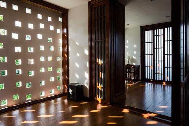 Ngoài các khung cửa lớn, căn nhà còn được bố trí rất nhiều ô thoáng.