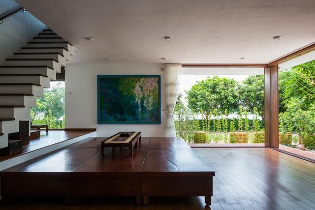 Các bức tường gạch được thay thế bằng kính cường lực trong suốt giúp ngôi nhà lúc nào cũng ngập tràn ánh sáng tự nhiên.