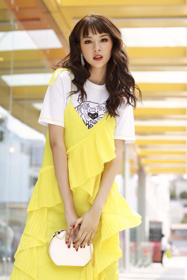Người đẹp thể hiện khả năng mix đồ tinh tế khi khéo léo phối chiếc túi xách trắng, cùng tông với áo.