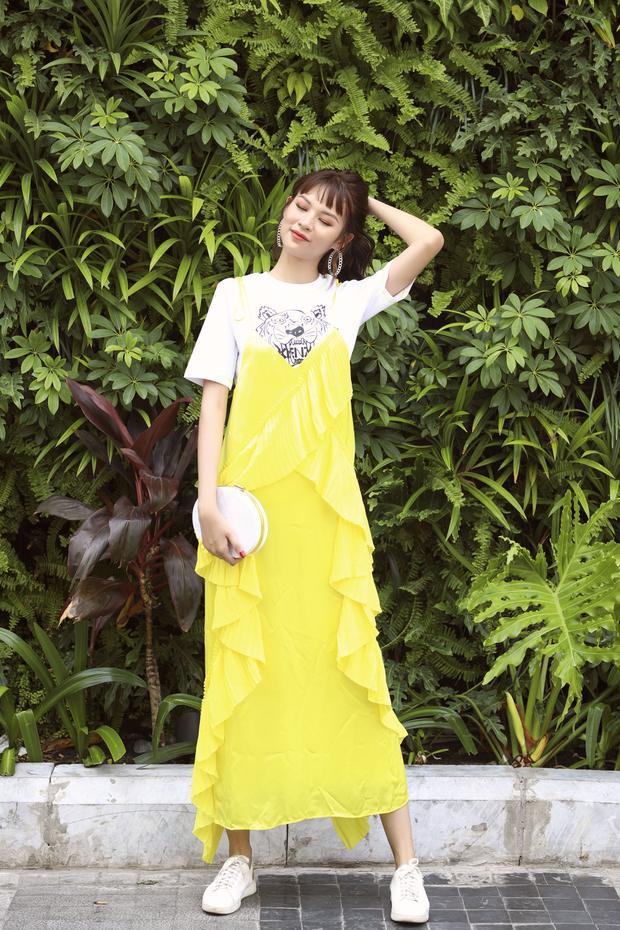 Ngoài ra, cô nàng còn xuất hiện với vẻ ngoài cực kỳ năng động cùng combo áo phông và váy vàng dún bèo xinh xắn.