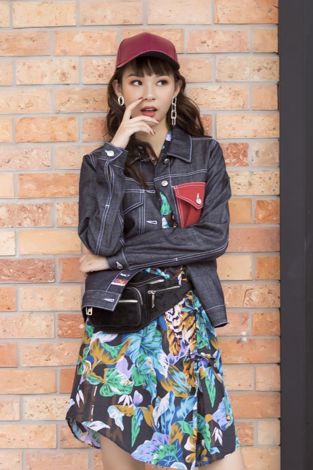 Trong bộ ảnh mới nhất, Phí Phương Anh khiến fan hâm mộ thích thú khi khoe street style cá tính, gồm váy hoa nhẹ nhàng phối cùng áo khoác jeans.