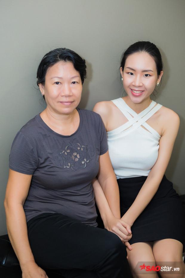 Thí sinh Đông Hạ đến buổi huấn luyện cùng với mẹ. Nhà chỉ có hai người nên mẹ cũng muốn đến ủng hộ, tiếp sức cho con gái trong cuộc thi.