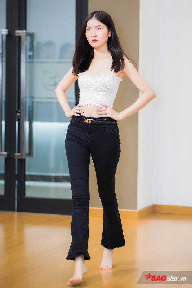 Sau đó, anh yêu cầu từng bạn một trình diễn catwalk, đối với nữ, siêu mẫu Ngọc Tình muốn các bạn phải tháo giày cao gót, nhón chân để cảm nhận được hình thể, giữ thăng bằng.