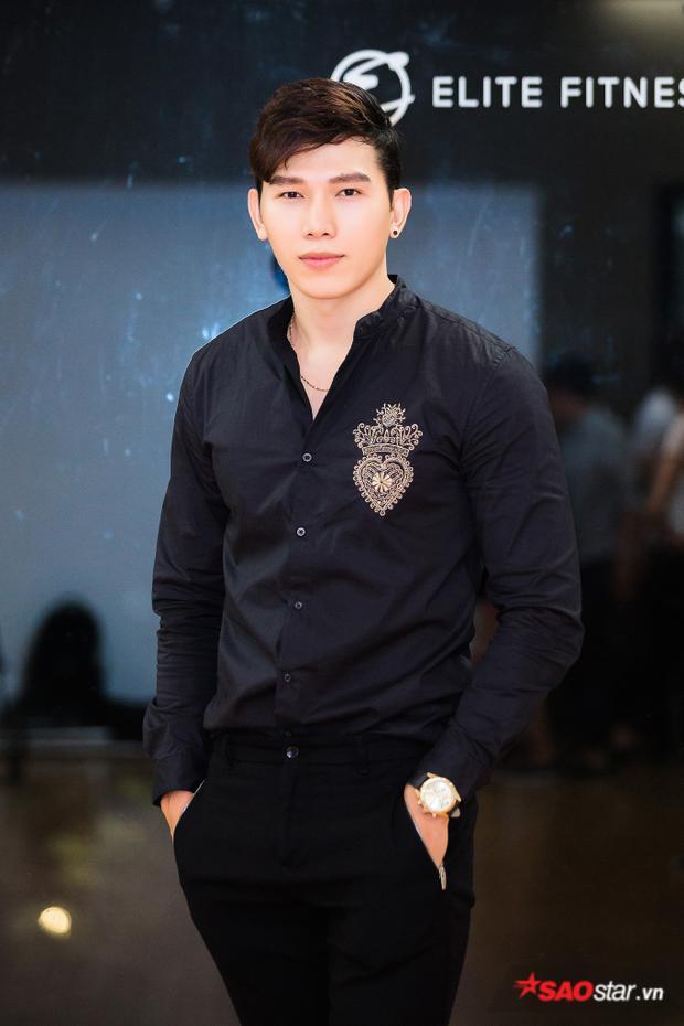 Xuất hiện tại buổi huấn luyện đầu tiên của cuộc thi Siêu mẫu Việt Nam ngày 16/5, Ngọc Tình vô cùng điển trai trong cả cây đen ấn tượng.