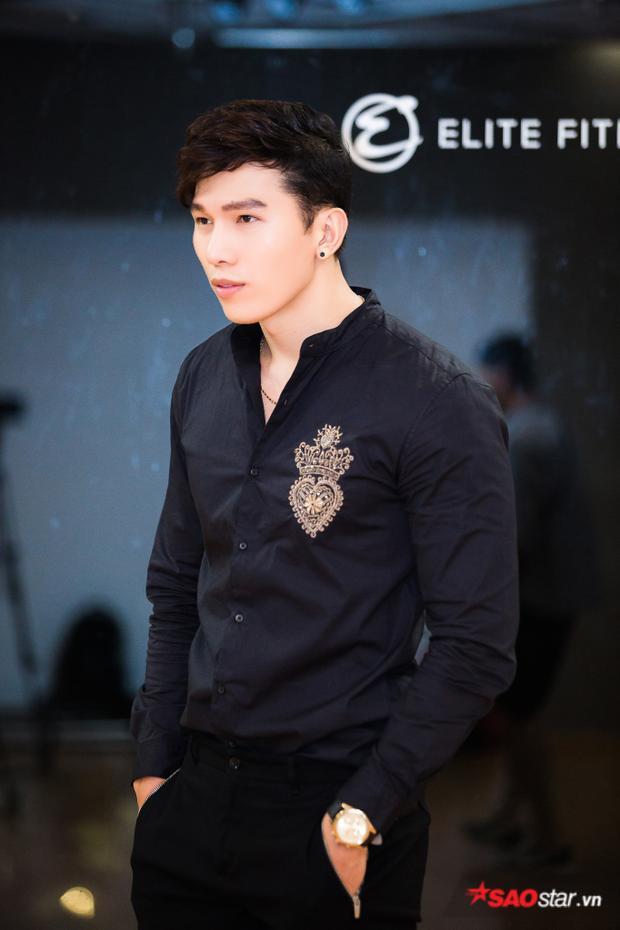 Giải vàng Siêu mẫu Việt Nam 2010 diện áo sơ-mi thêu họa tiết trái tim cùng vương miện khá tỷ mỉ, công phu.