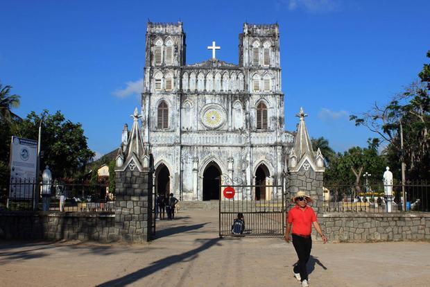 Mỗi năm nhà thờ Mằng Lăng đón hàng chục ngàn du khách trong và ngoài nước tham quan.