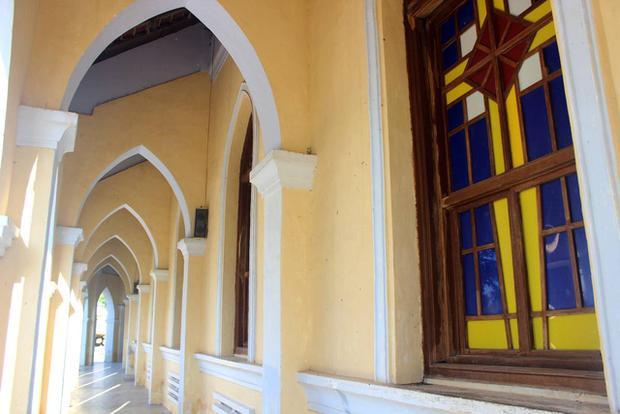 Kiến trúc ngoài hành lang nhà thờ.