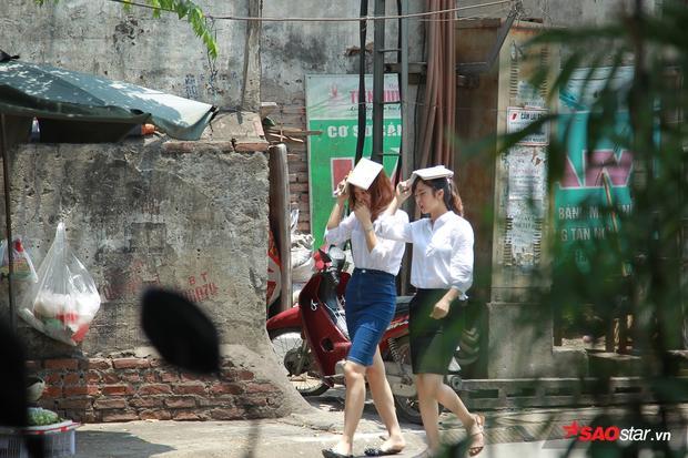 Nhiều con đường, tuyến phố như Nguyễn Trãi, Đại Cồ Việt, Nguyễn Xiển, Trường Chinh… vốn rất đông người tham gia giao thông, nhưng buổi trưa những ngày này chỉ thưa thớt bóng người qua lại.